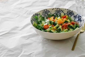 Ensalada de vegetales picados con aderezo de ajo