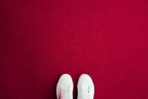 Cómo limpiar los zapatos blancos de lona, piel o gamuza